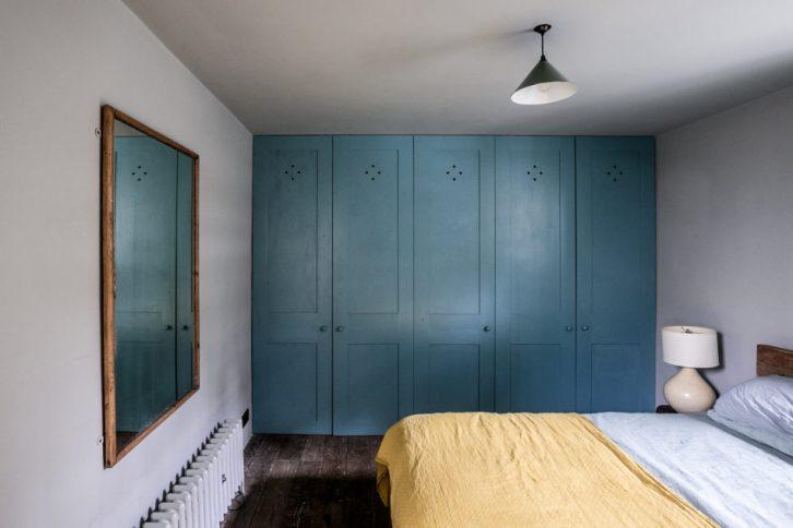 Dormitorio pequeño con los muebles básicos