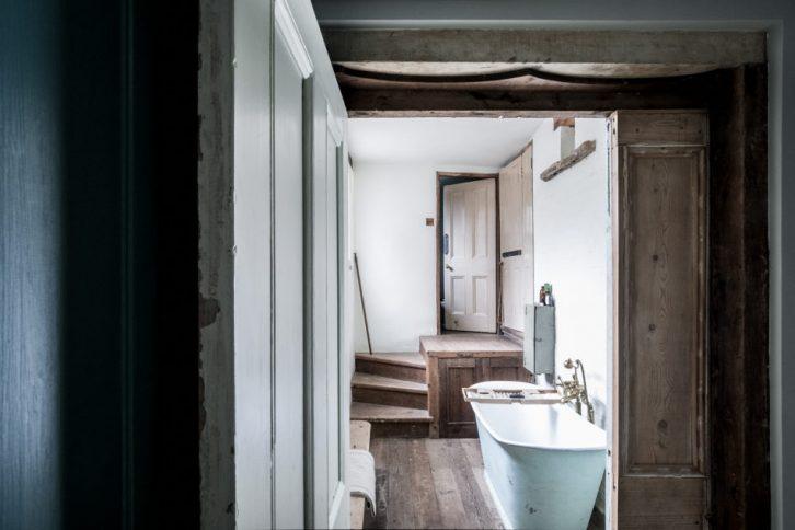 Detalles inusuales: bañera en un pasillo