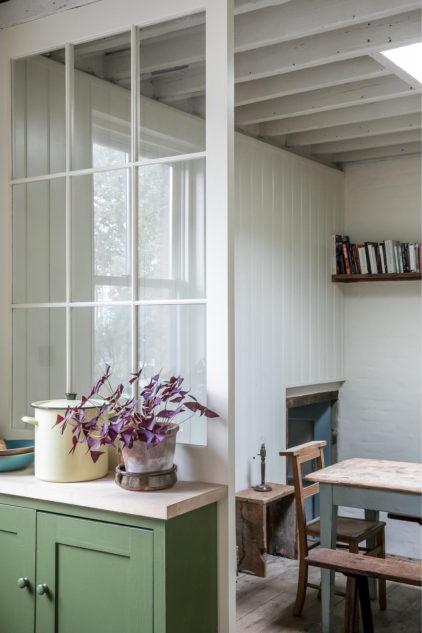 División de madera con vidrio repartido para separar cocina de comedor diario