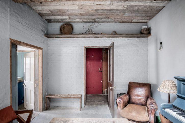 Sala con decoración rústica y muebles antiguos