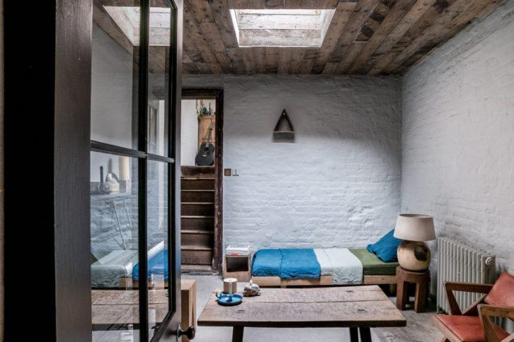 Sala con decoración rústica y muebles antiguos 2