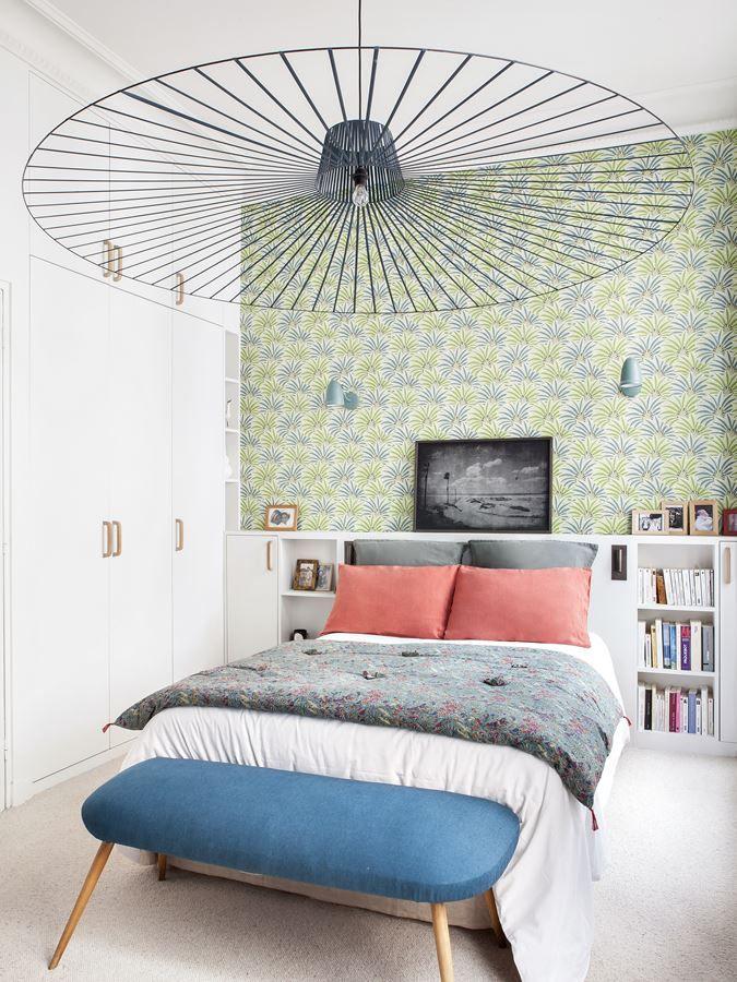 Dormitorio principal pequeño con decoración colorida