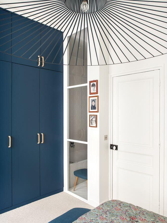 Armarios pintados de azul marino suman color a la decoración del dormitorio