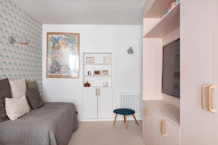 Segundo dormitorio con papel mural y armarios pintados de rosa