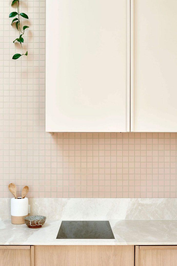 Cocina minimalista y pequeña integrada al ambiente principal de la casa