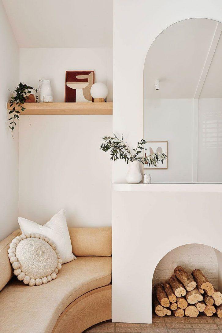 Sala pequeña minimalista con muebles a medida para aprovechar mejor el espacio