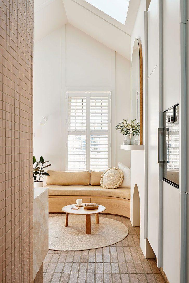Pisos y  paredes revestidas en cerámico se combinan con paredes lisas pintadas de blanco