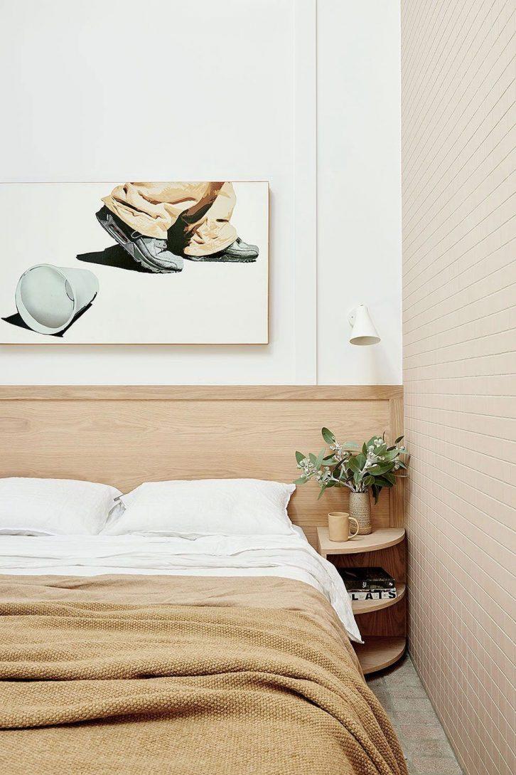 Dormitorio pequeño minimalista con paleta de color en tonalidades beige y ocre