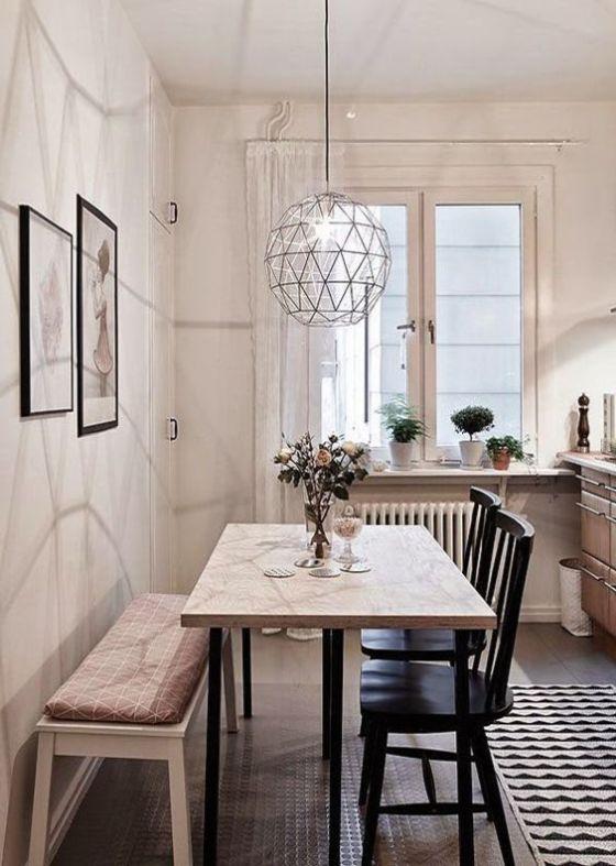 Comedor pequeño con muebles de diferentes estilos