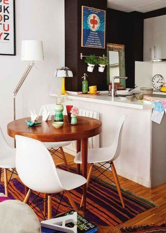 Pequeño comedor con mesa redonda y sillas modernas