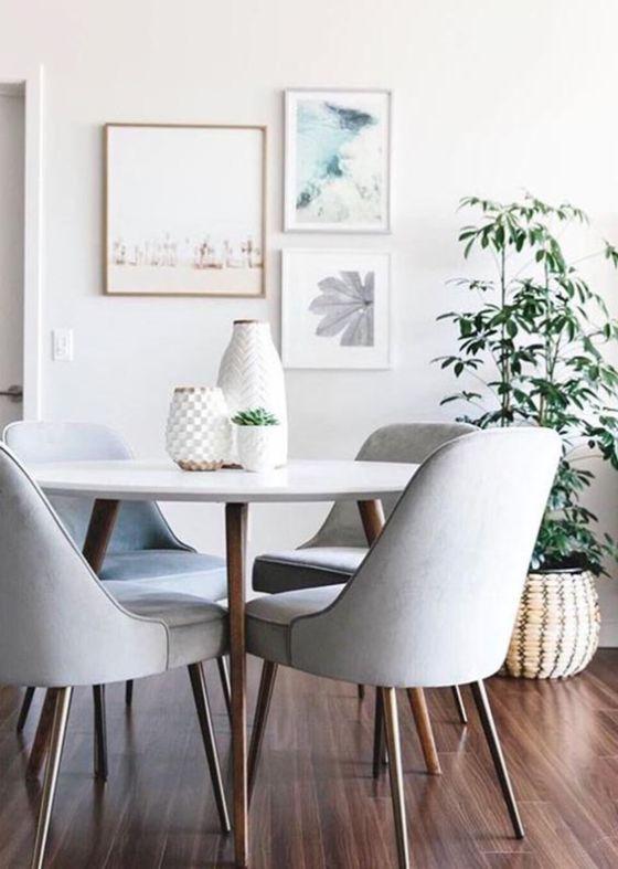 Comedor con mesa moderna sencilla de madera y sillas tapizadas