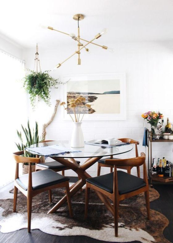 Comedor con mesa con tapa de vidrio, un material ideal para espacios pequeños ya que visualmente no satura