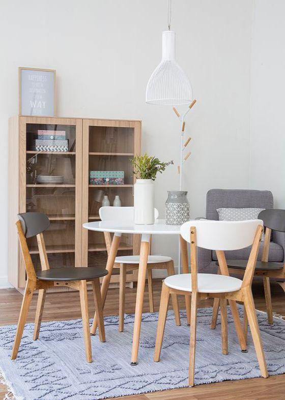 Comedor nórdico con mesa redonda y sillas haciendo juego