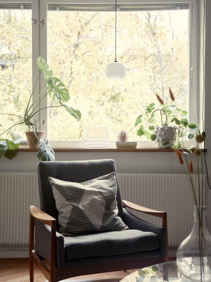 Departamento pequeño nórdico de 51 metros²: rincón de lectura junto a la ventana de la sala 11