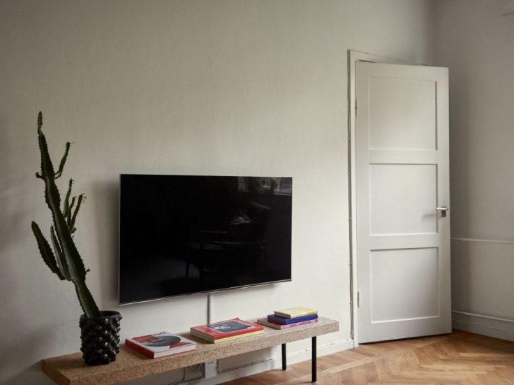 Departamento pequeño nórdico de 51 metros²: TV colgada sobre la pared para ahorrar espacio 12