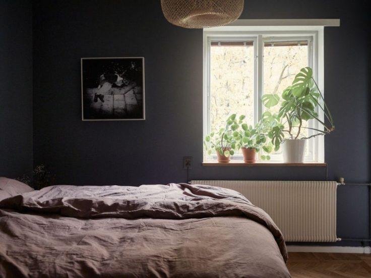 Departamento pequeño nórdico de 51 metros²: dormitorio con decoración minimalista y paredes en azul oscuro 14