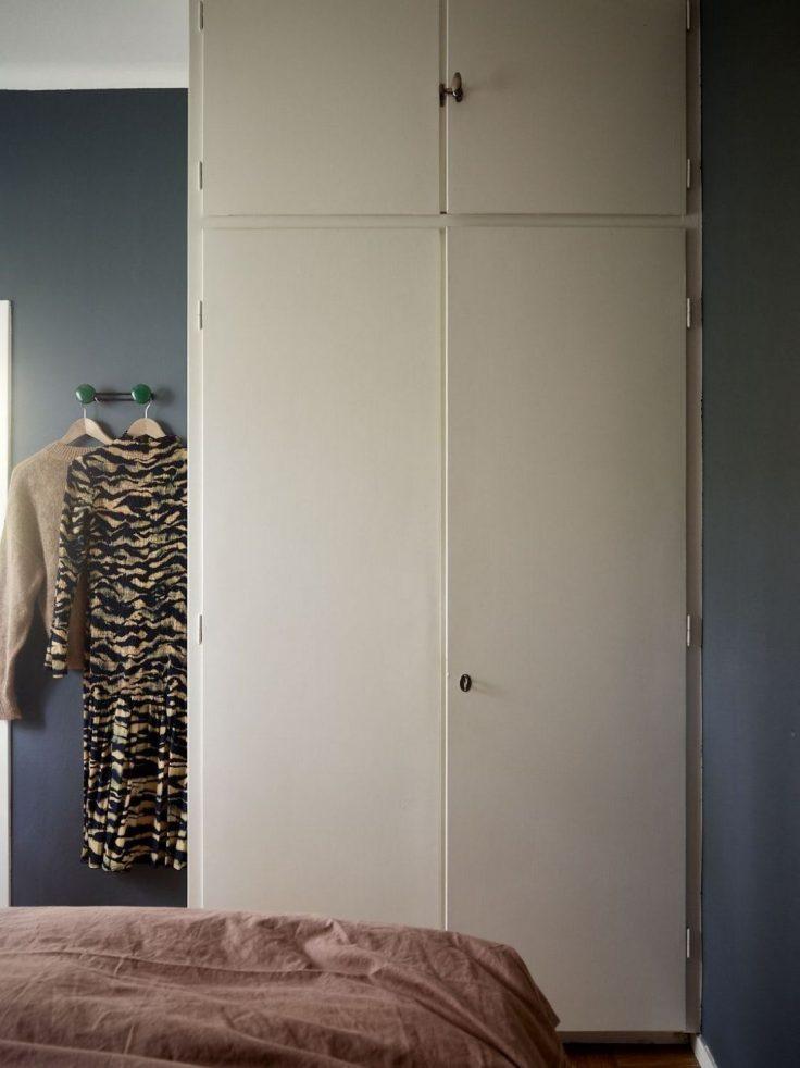 Departamento pequeño nórdico de 51 metros²: dormitorio con decoración minimalista y paredes en azul oscuro 15