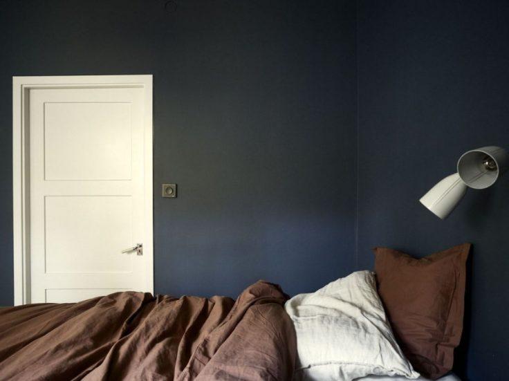 Departamento pequeño nórdico de 51 metros²: dormitorio con decoración minimalista y paredes en azul oscuro 16