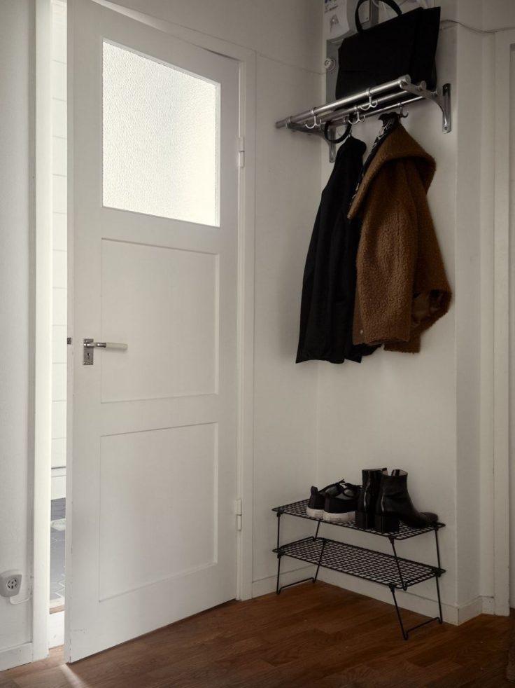 Departamento pequeño nórdico de 51 metros²: recibidor con soluciones de almacentamiento 19