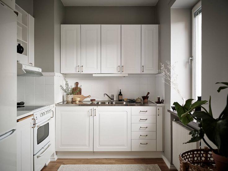 Cocina clásica con muebles blancos y una distribución en L