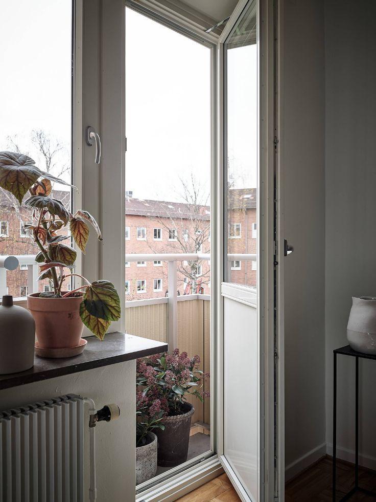 Acceso a un pequeño balcón desde el living