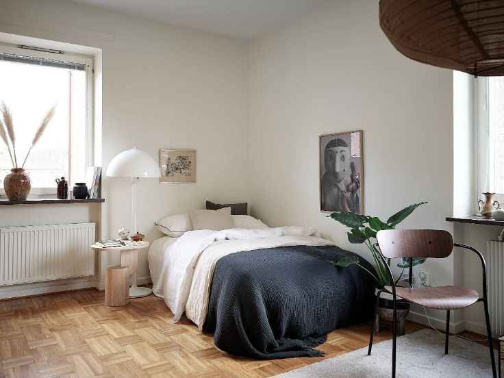 Dormitorio armado con lo básico ubicado frente al living