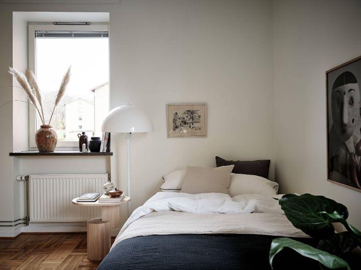 Dormitorio con cama matrimonial integrado al living del departamento