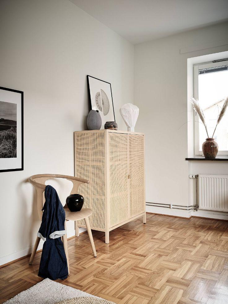 Aparadores, muebles y sillas con terminación en madera ayudan a sumar detalles cálidos a la decoración del departamento