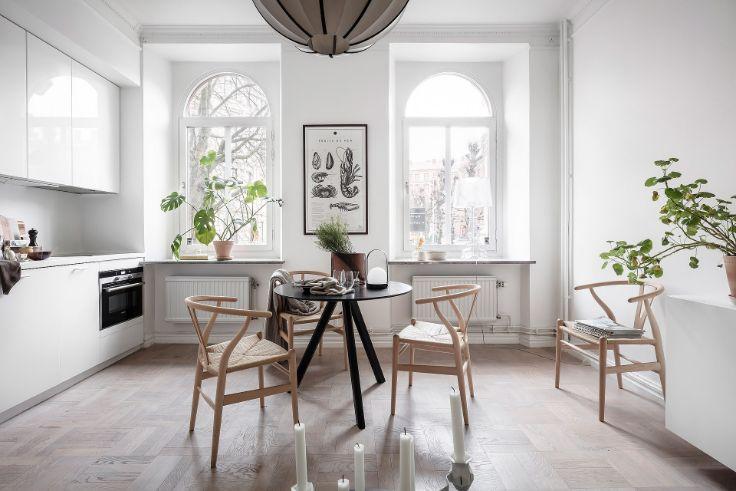 Comedor en el centro del ambiente principal y cocina al costado, en la pared que divide con el dormitorio