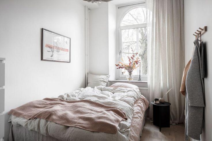 Dormitorio pequeño con decoración nórdica minimalista