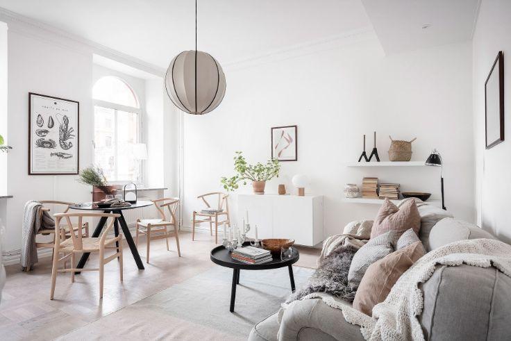 Ambiente principal con sala, comedor y cocina integrados en un mismo espacio bien aprovechado