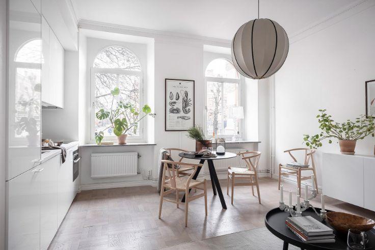 Comedor y cocina integrados en departamento pequeño estilo nórdico