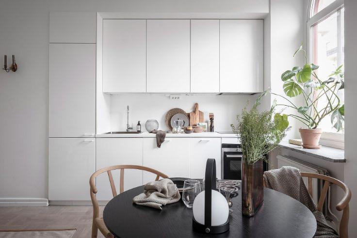Cocina pequeña con diseño lineal integrada a la sala