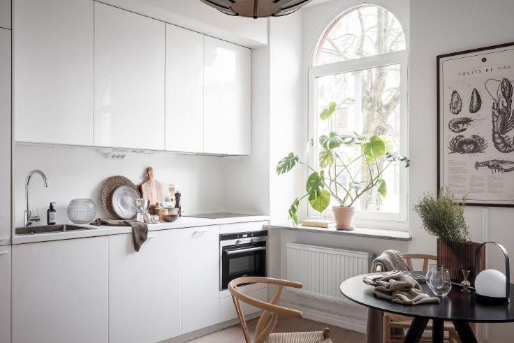 Cocina pequeña de estilo minimalista con muebles y alacenas en color blanco