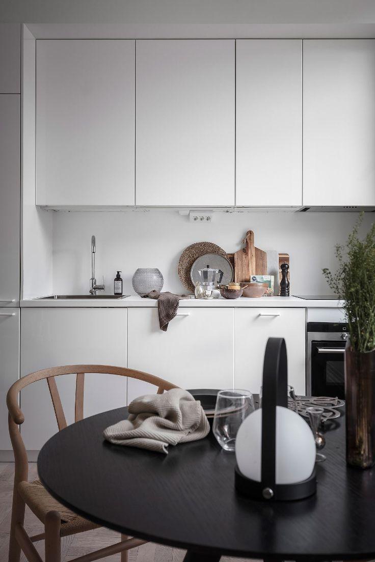 La refrigeradora oculta dentro del mueble de cocina refuerza el diseño minimalista de la cocina