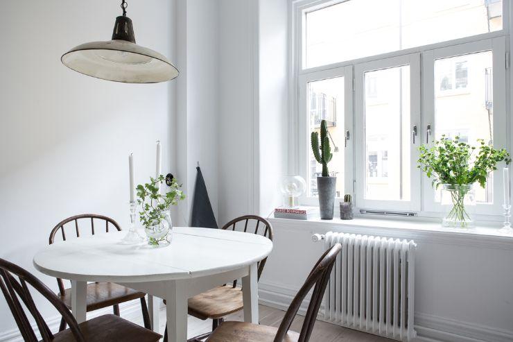 Mesa redonda ayuda a articular el espacio del comedor dentro de la cocina