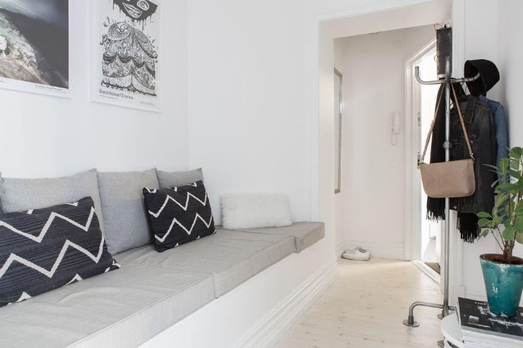 Sofá creado con cojines para aprovechar un nicho estructural de la construcción