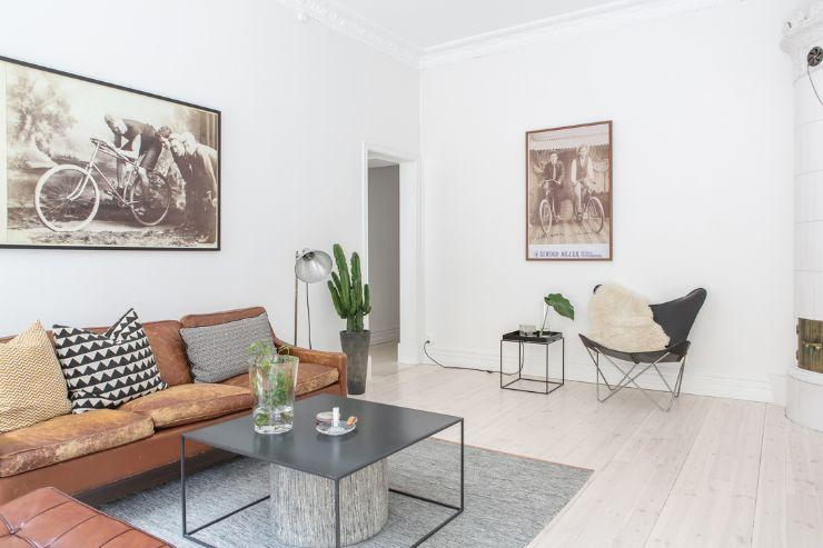 Sala de estar con sofás y butacas modernas y mesa de centro minimalista