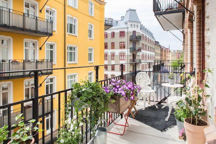 Balcón con plantas y flores en macetas