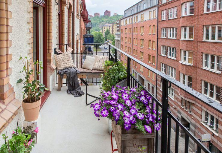 Pequeña sala exterior ubicada en un extremo del balcón