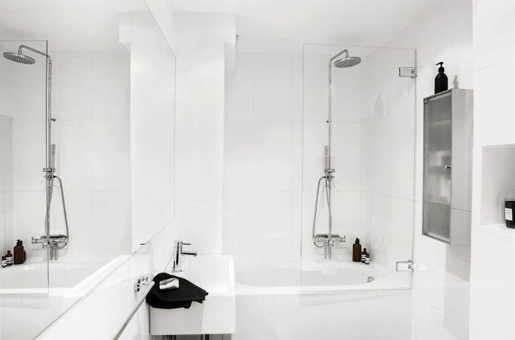 Baño minimalista en blanco