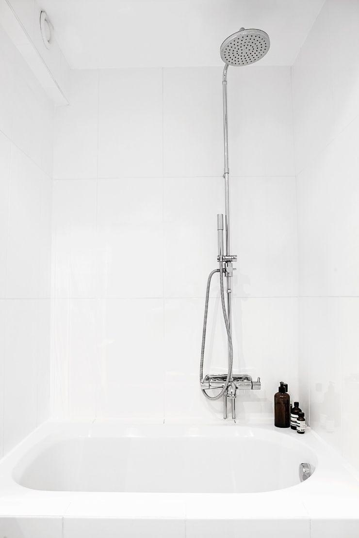 Revestimientos de pared en color blanco crean un baño más luminoso
