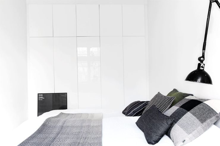 Espacio de guardado con armarios o placares de Ikea, con terminación blanco brillante
