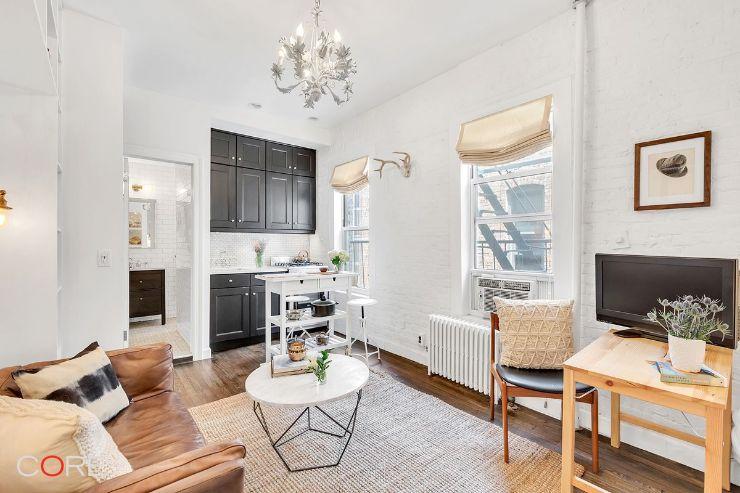 Para mejorar la distribución del pequeño apartamento, la sala se ubicó en el medio del ambiente principal