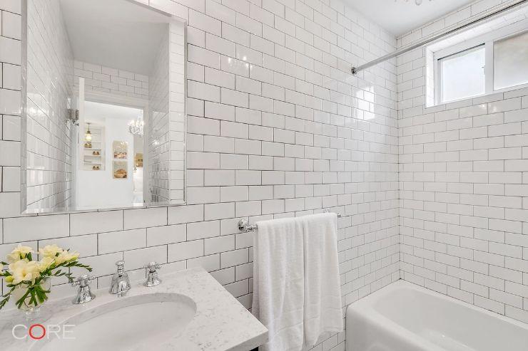 Baño con diseño elegante clásico minimalista