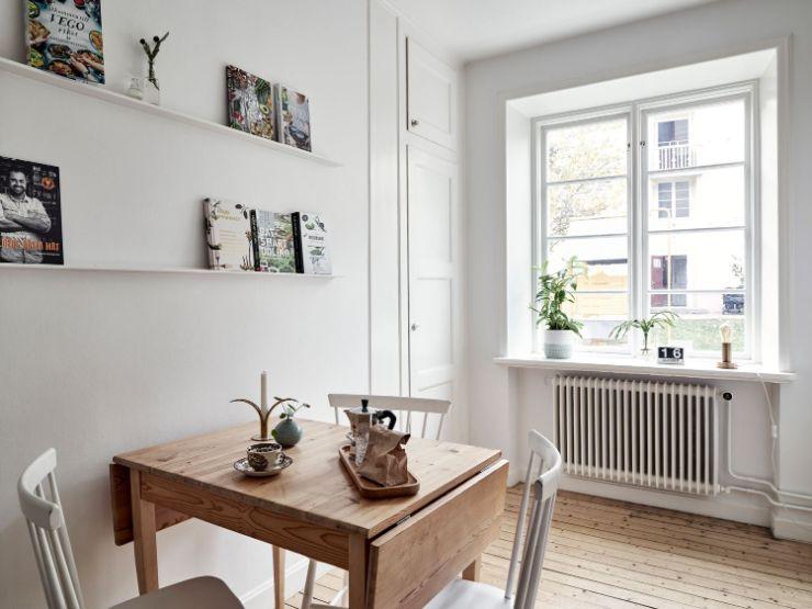 Cocina comedor con estética nórdica: maderas claras en muebles y pisos y paredes blancas