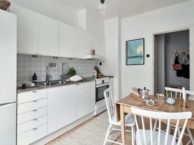 Cocina pequeña con diseño lineal para optimizar el espacio