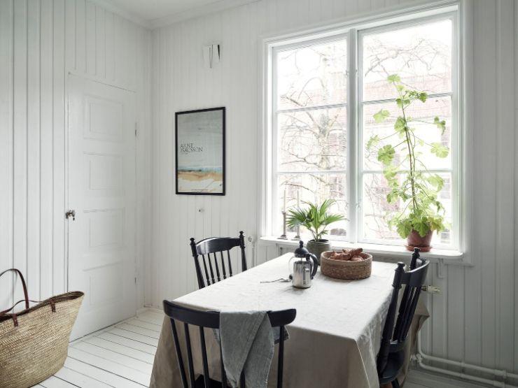 Comedor junto a la ventana ideal para utilizar como home office o escritorio