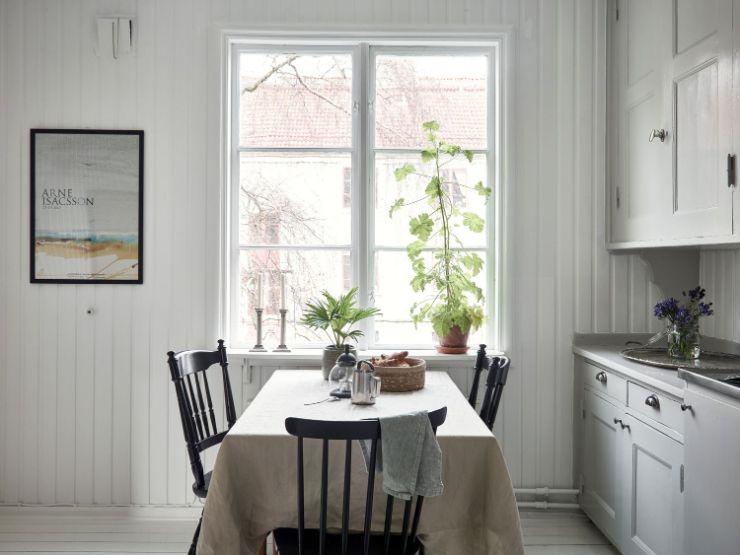 La decoración de la cocina combina muebles clásicos como las sillas con otros de diseño más actual