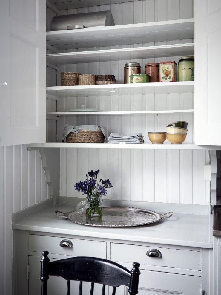 Mueble clásico con espacio de guardado arriba y abajo; parte central libre para apoyar objetos